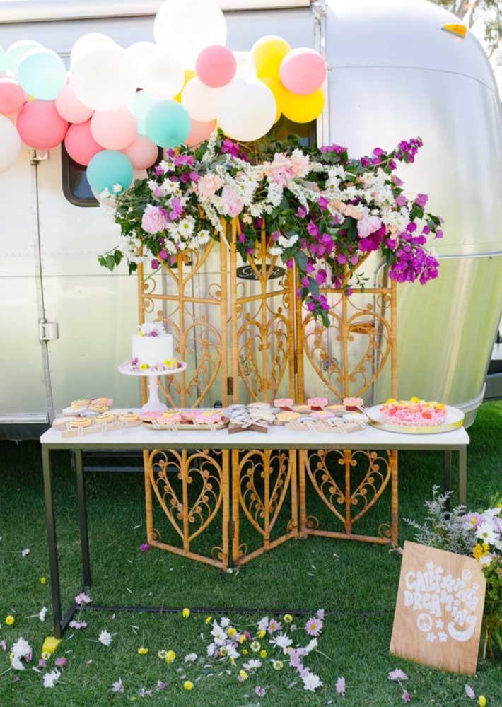 Flores e balões coloridos para uma legitima festa hippie