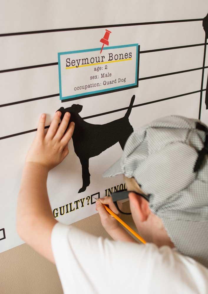 O quadro ajuda a organizar as ideias dos pequenos detetives