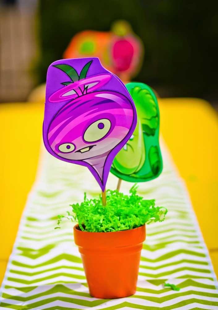 Para os enfeites de mesa a dica é usar vasinhos de plantas com tags de zombies