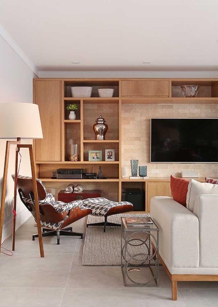 Painel de madeira para sala com rack, nichos e prateleiras