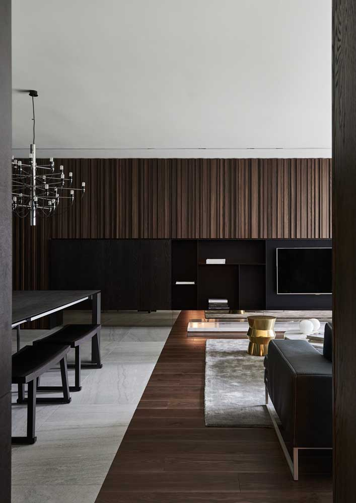 Painel de madeira escura para sala integrada elegante