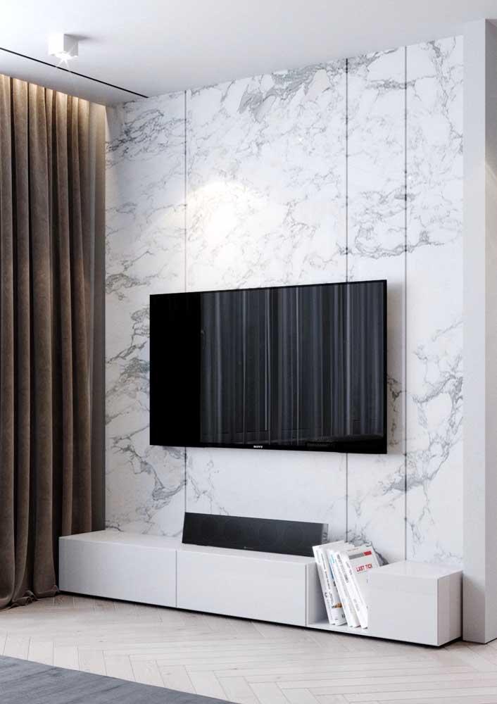 Sala de estar com painel de mármore: solução sofisticada