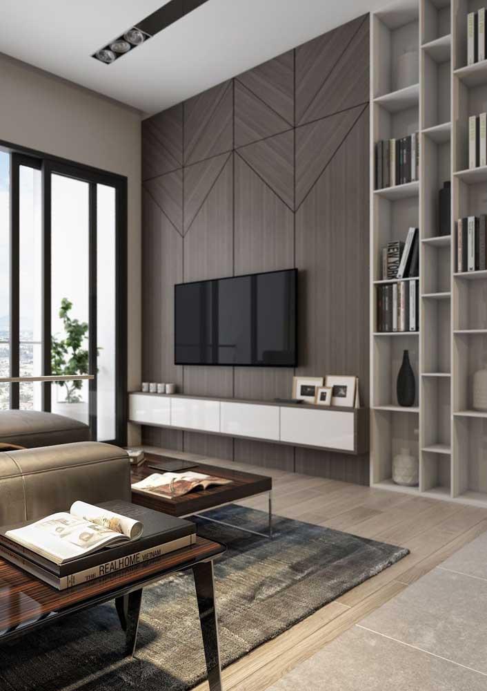 A madeira escura traz sofisticação para o painel da sala