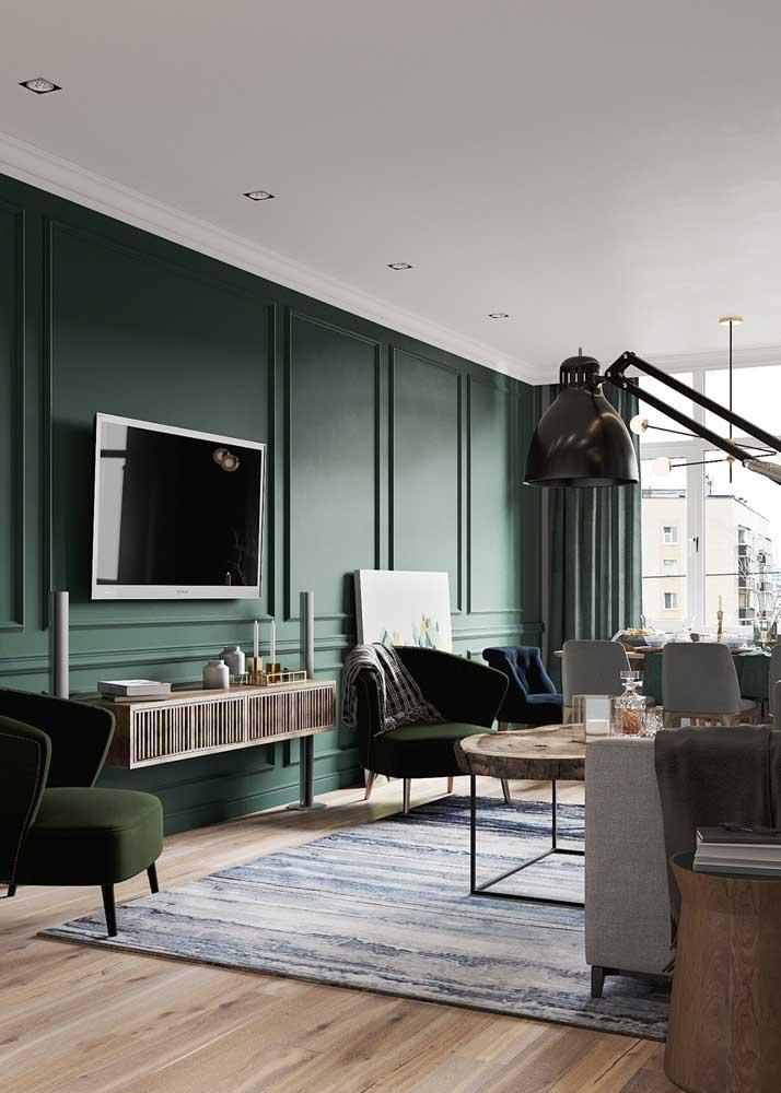 A parede de boisserie verde virou um painel perfeito por aqui