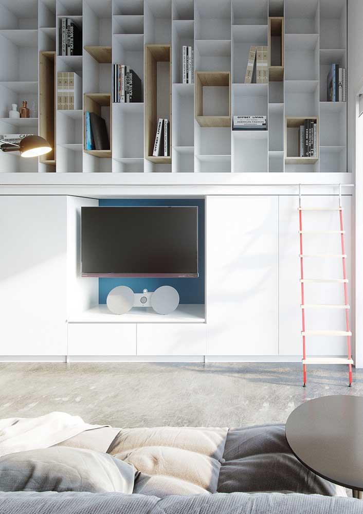 Painel para sala dividido em duas partes: a primeira serve de apoio para a TV e a de cima funciona como uma mini biblioteca