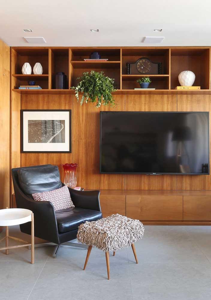 Painel para TV com rack e prateleiras: funcional e pra lá de bonito