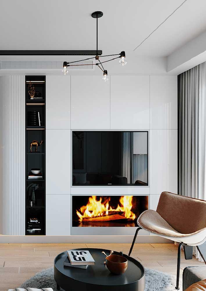 O painel branco se camufla com a parede e cria um efeito de uniformidade na decoração