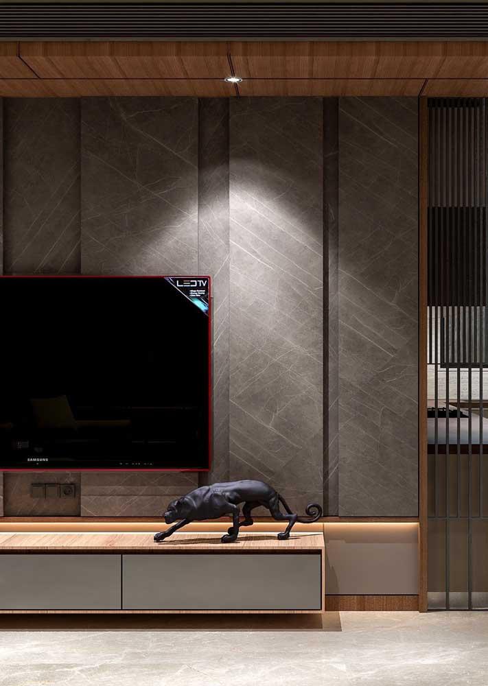 A combinação entre o cinza e a madeira é acolhedora e moderna
