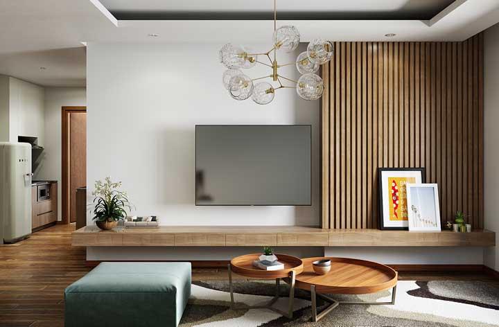 Painel de madeira ripado sob medida otimizando o espaço da parede