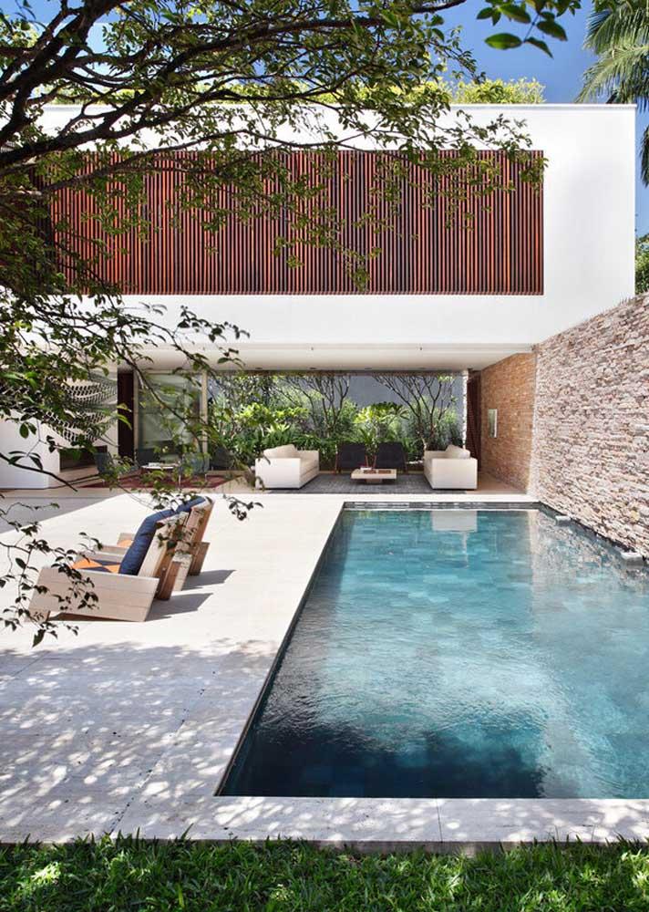 Piso de cerâmica clara para piscina. A cor ajuda a dissipar o calor