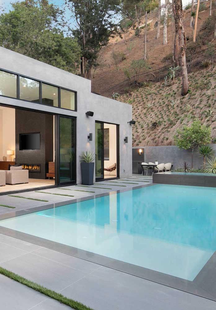 Piso de cerâmica cinza para uma área de piscina moderna