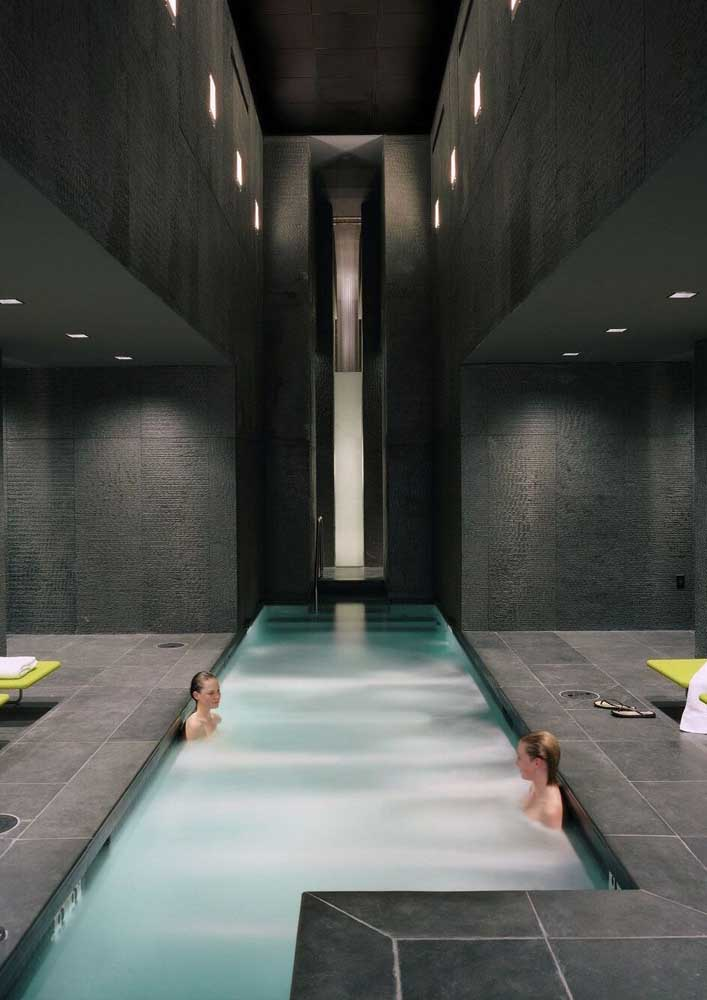 Para piscina interna o piso não precisa ser atérmico