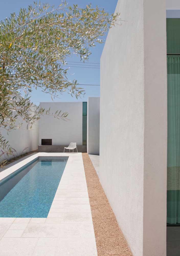 Piso branco de cerâmica para o entorno da piscina