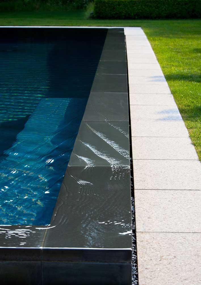 Piso de granito preto apenas na borda da piscina