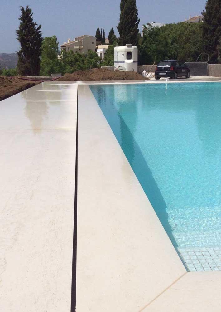 Com o tratamento adequado é possível usar o piso de granito em torno da piscina sem medo