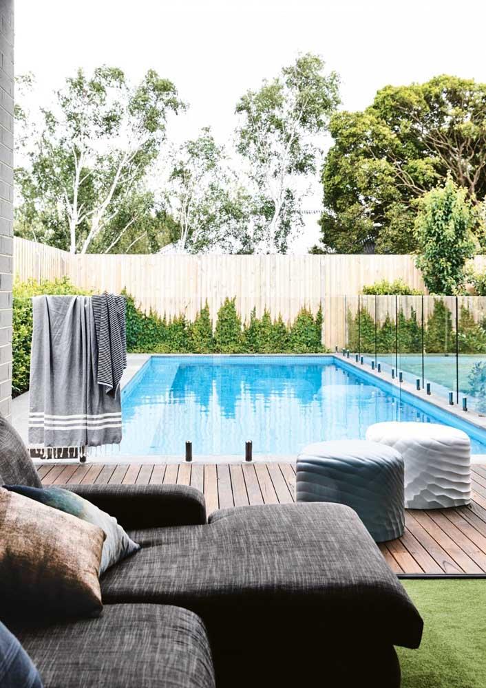 Deck de madeira na piscina: conforto e segurança, mas com manutenção frequente