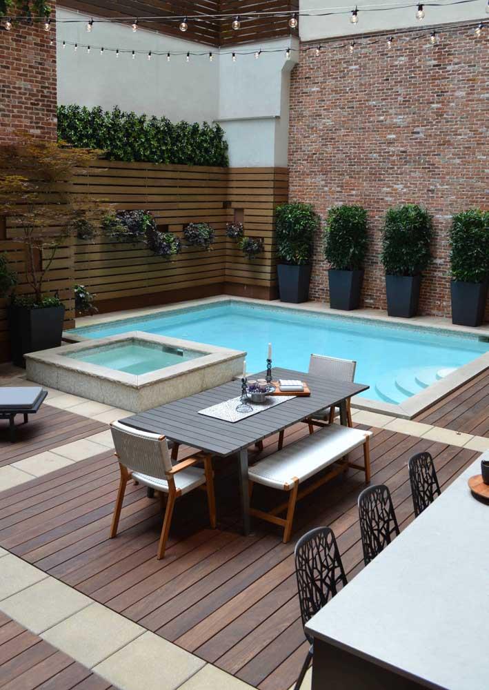 Toque rústico na área da piscina com o deck de madeira