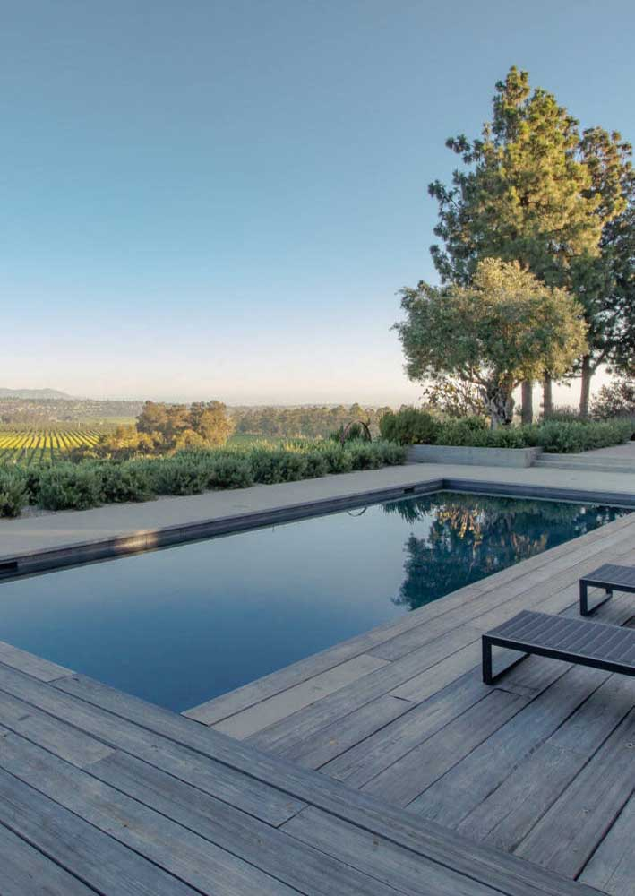 Piso de madeira para piscina em harmonia com a beleza natural