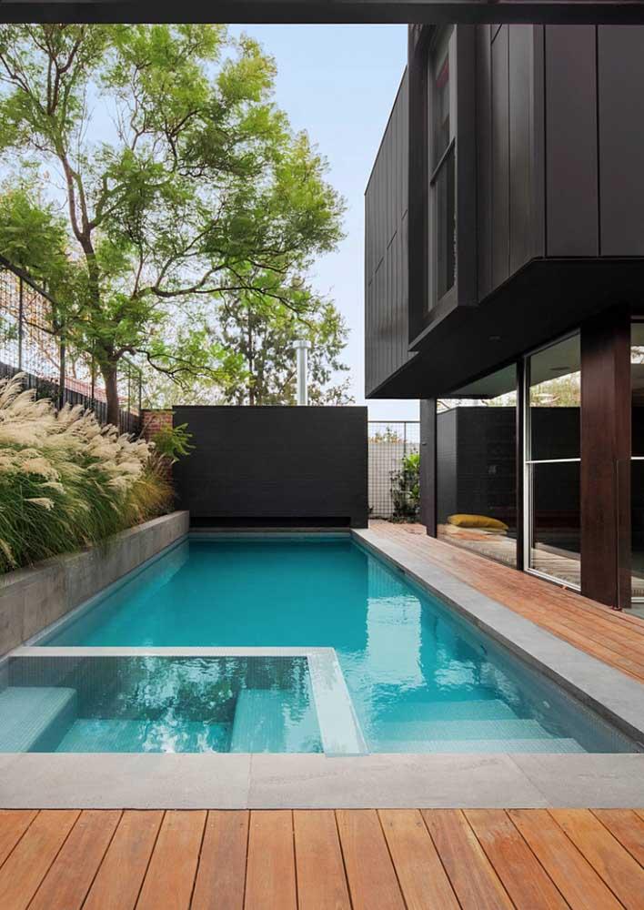 Cimento e madeira para uma área de piscina moderna e confortável