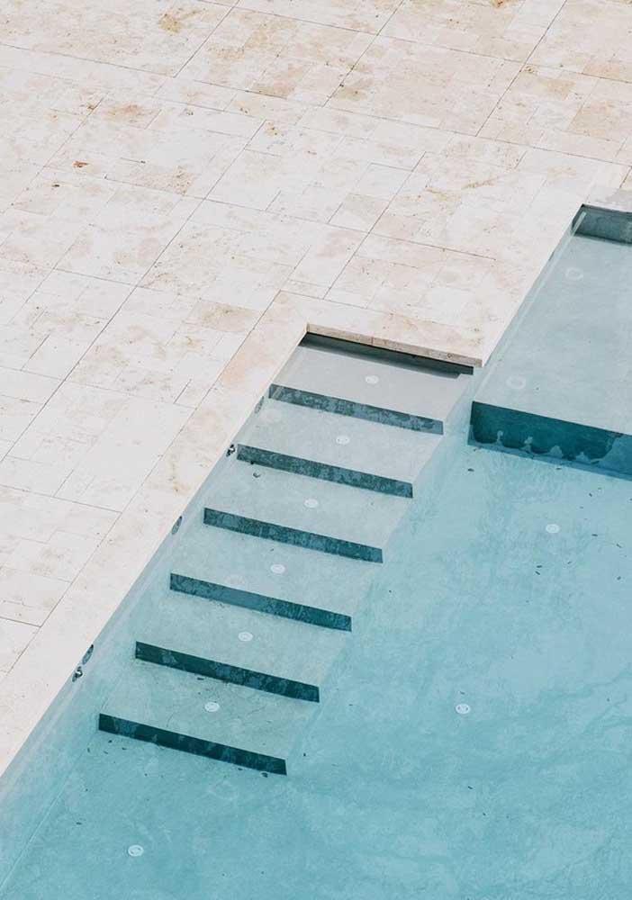 O mármore travertino é um dos preferidos para piso de piscina