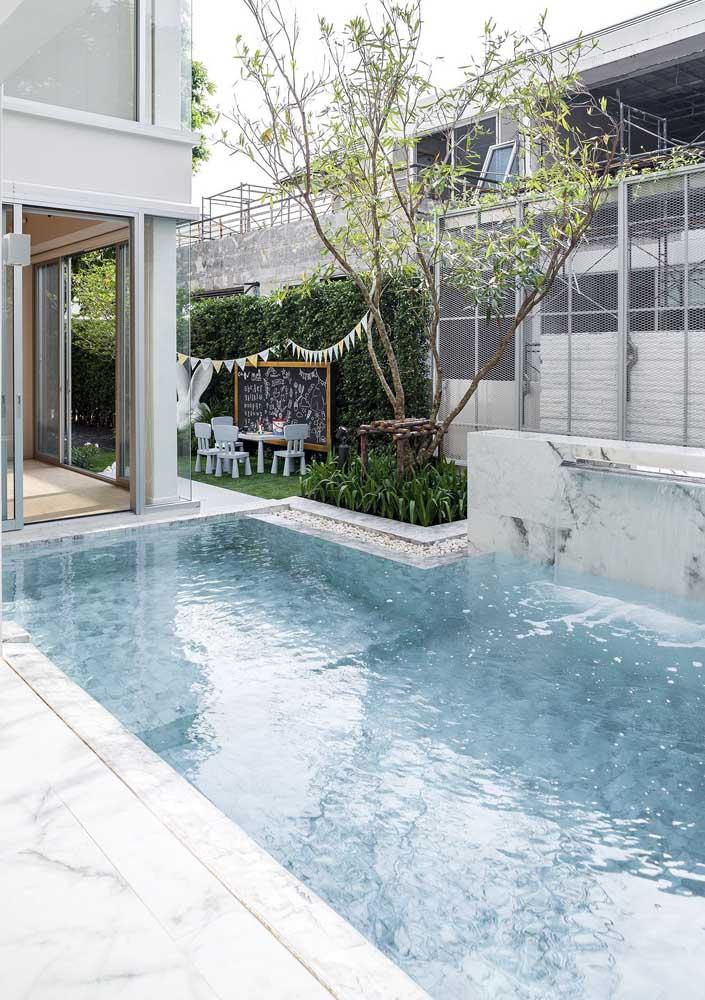 Lembre-se que o mármore precisa de tratamento especial para ser usado em torno da piscina