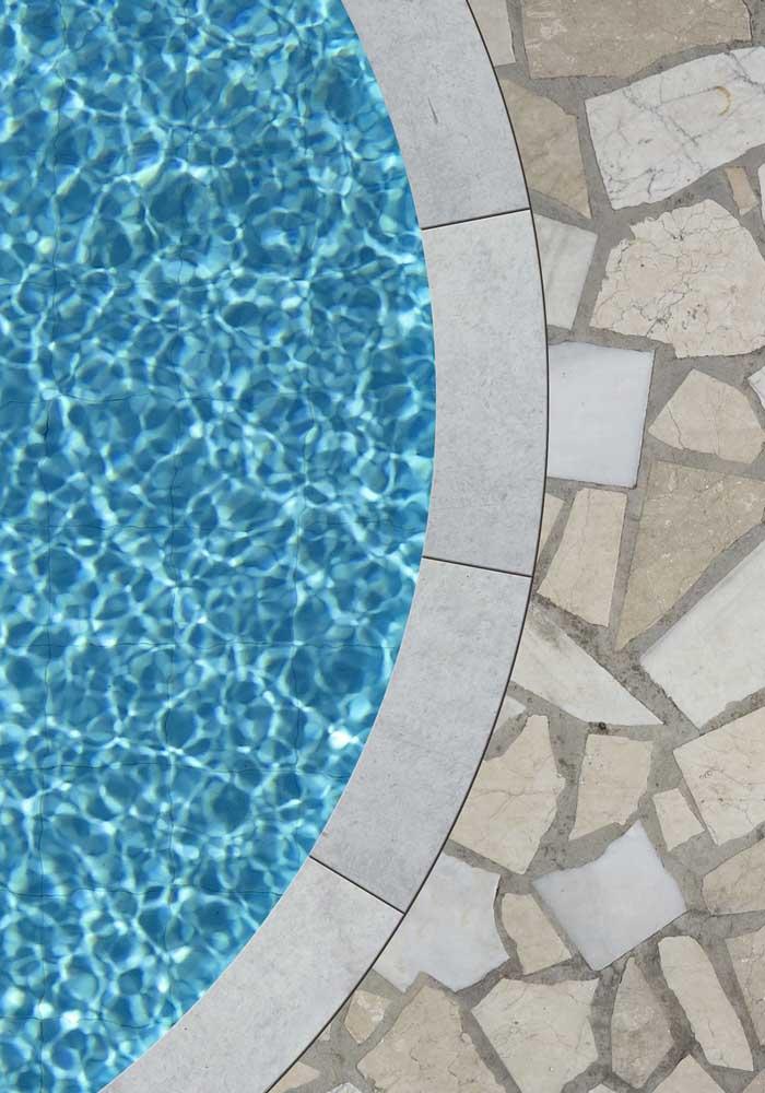 Mosaico de pedras para a piscina: rústico e super charmoso