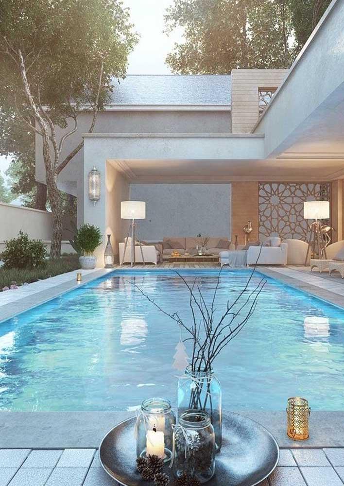 Piso de pedra para uma área de piscina sofisticada. A graça aqui mora no contraste