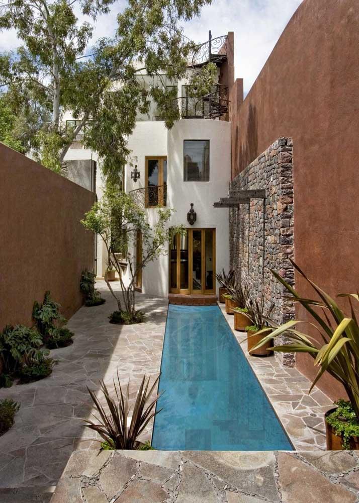 O mosaico de pedras é a melhor opção para quem deseja uma área de piscina rústica e aconchegante