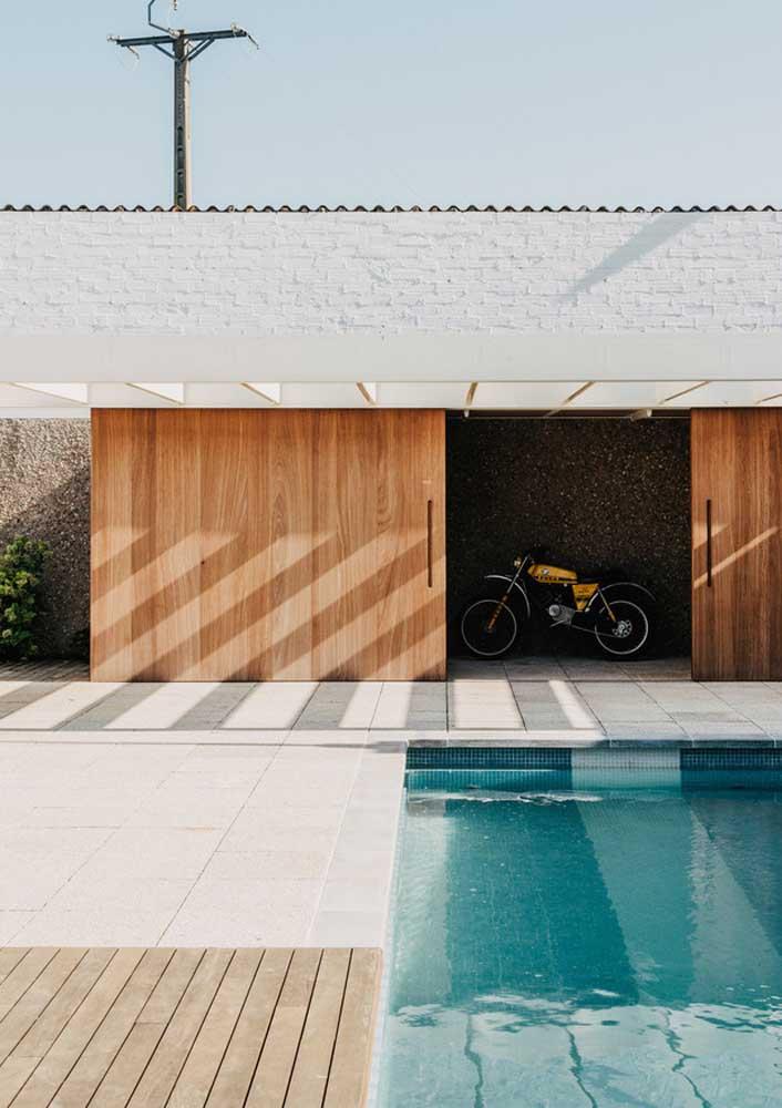 Aqui, a ideia foi mesclar o uso do deck de madeira com o piso porcelanato para piscina