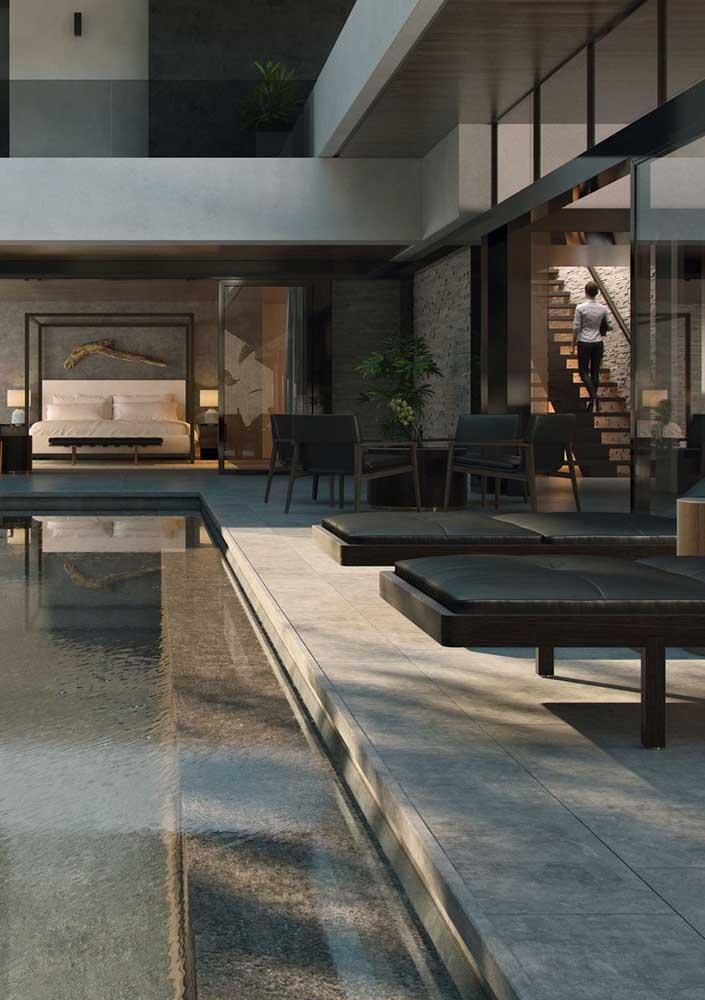 Tom de cinza para a beira da piscina da casa moderna
