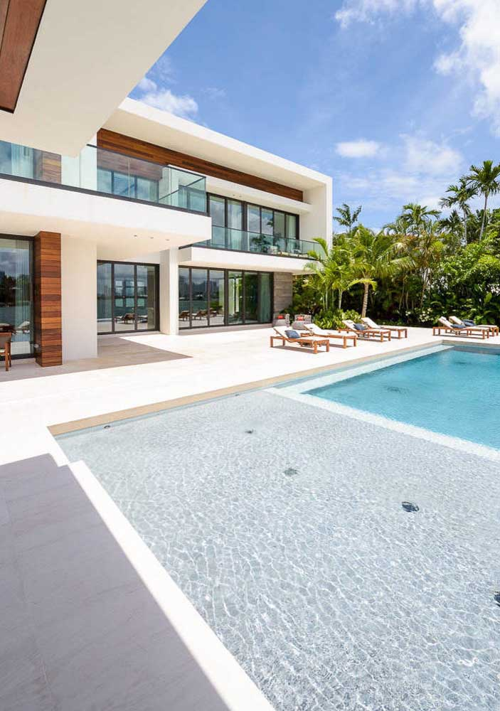 A casa moderna ficou ainda mais bonita com o piso porcelanato branco para piscina