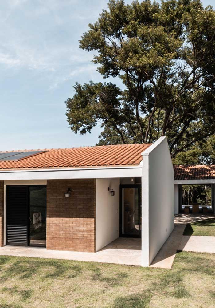 Telhado com telhas de cerâmica simples com painel solar embutido