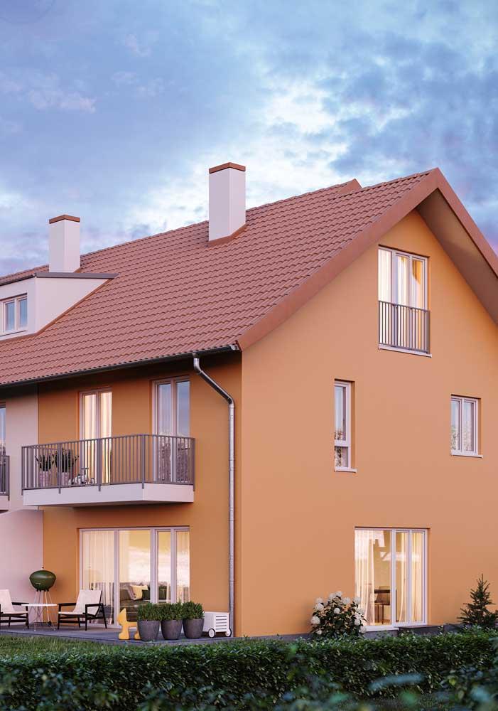 Sobrado com telhas cerâmicas valorizando a arquitetura