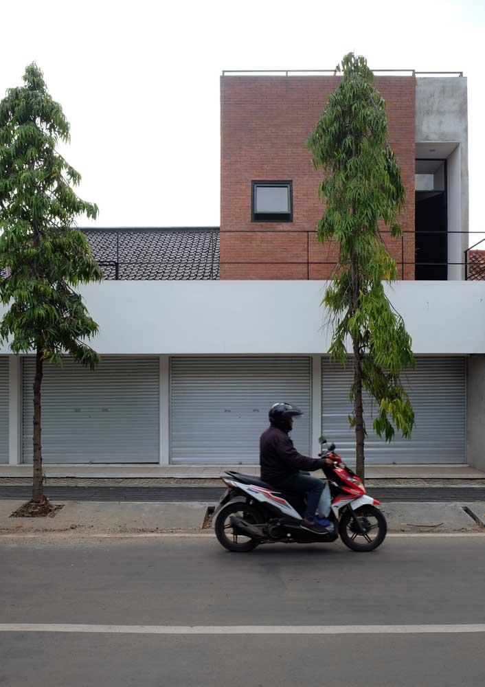 Casa moderna com telhas esmaltadas