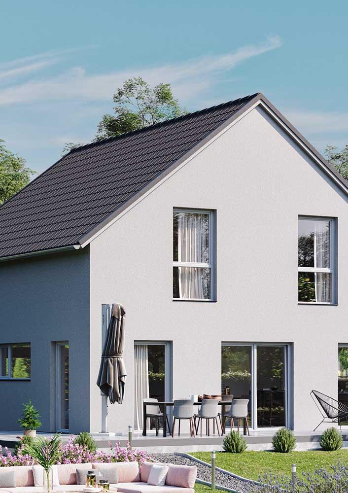Telhado clássico com duas águas feito com telhas esmaltadas