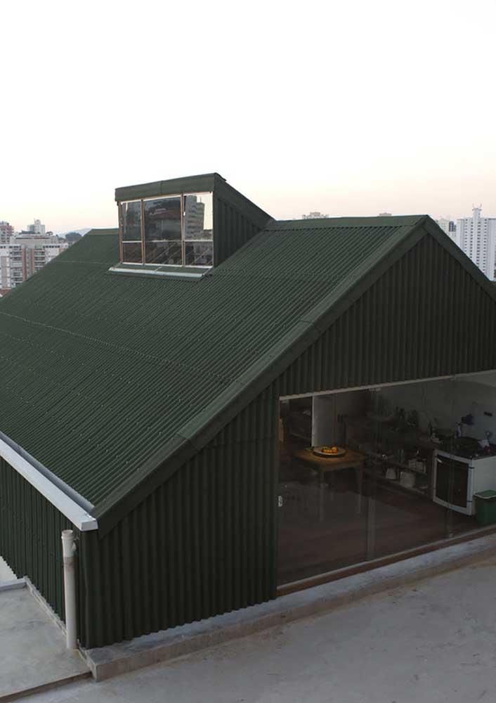 Telhas de fibrocimento no telhado e no revestimento das paredes