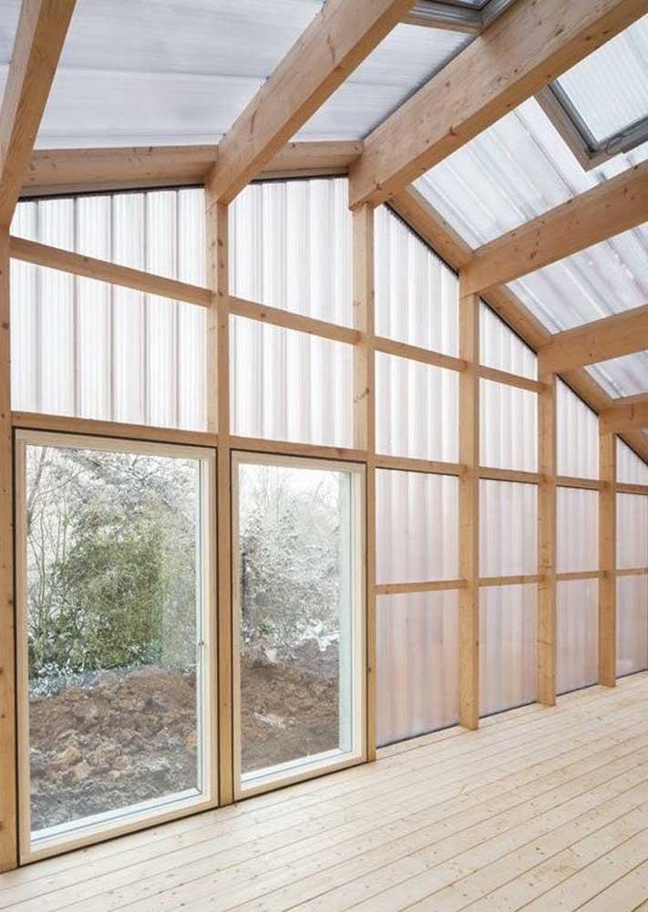 Telhado de policarbonato para o chalé de madeira