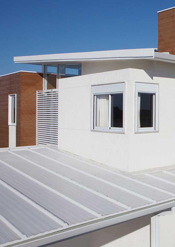Telha termoacústica branca para um visual mais moderno