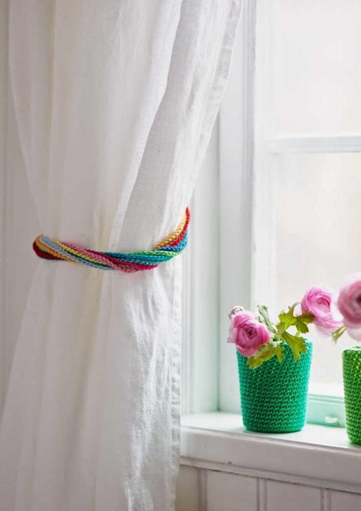 E que tal um prendedor novo para cortina? Pra combinar, faça também capinhas de crochê para os vasos