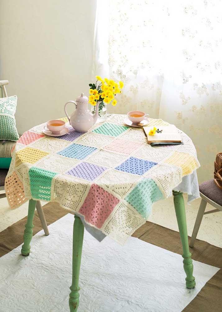 Toalha de mesa feita com squares de crochê: peça ideal para iniciantes
