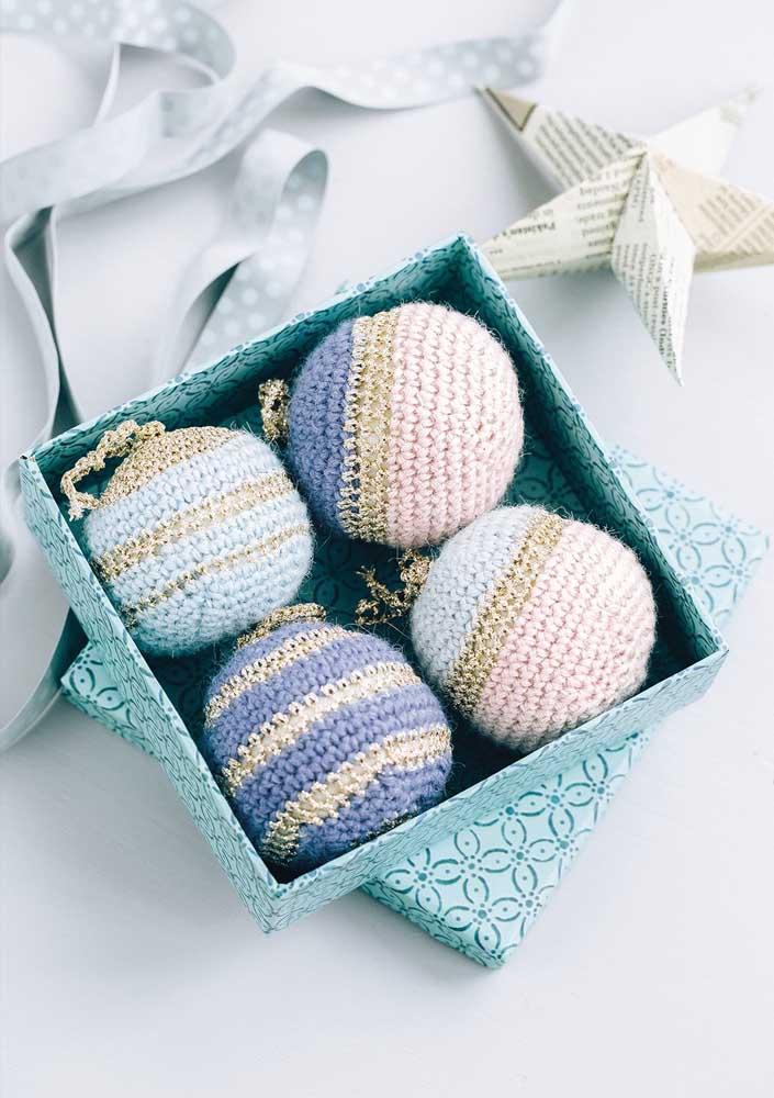 O que acha de fazer bolinhas de natal em crochê? Fica a dica