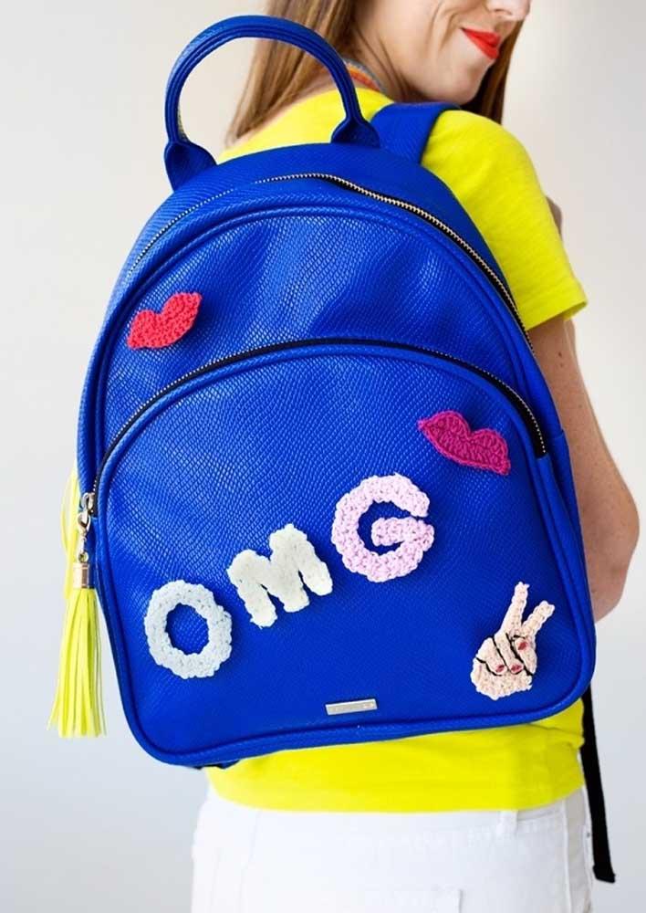 Aquela mochila sem graça fica mais bonita e divertida com os buttons de crochê