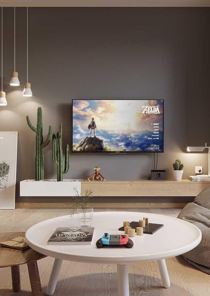 O rack suspenso amplia a sensação de espaço na sala de estar