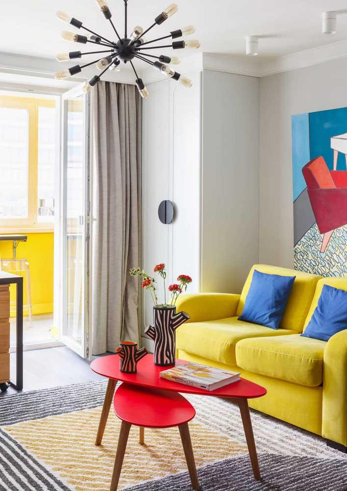 Sala pequena decorada com cores vivas e alegres