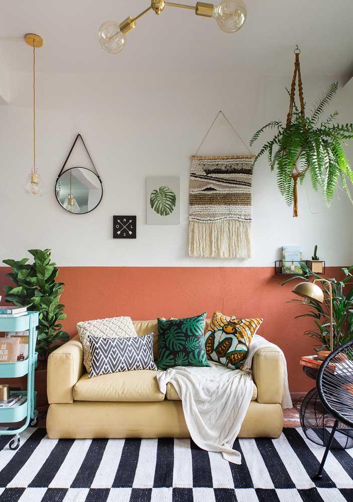 Explores cores, texturas e estampas na decoração da sala pequena