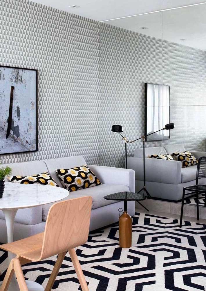 Decoração de sala pequena com espelho: truque para aumentar o espaço