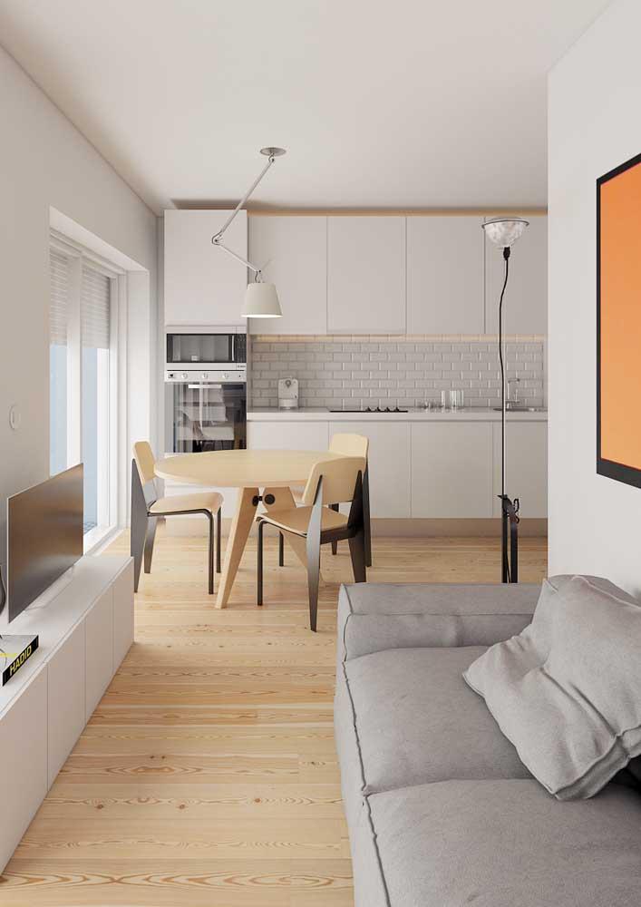 Sala de estar pequena integrada com a cozinha e a sala de jantar