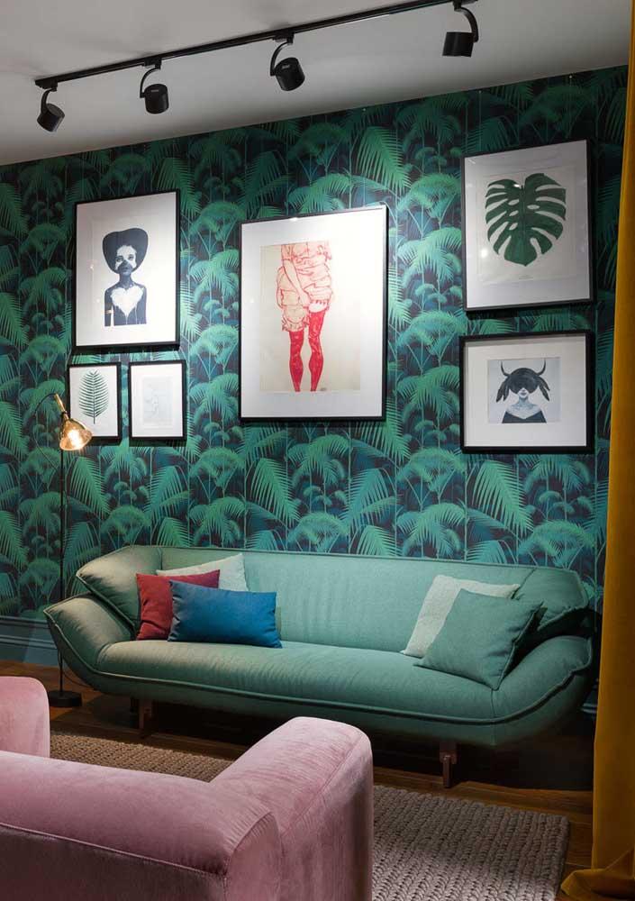 Papel de parede e quadros são o charme dessa sala cheia de estilo