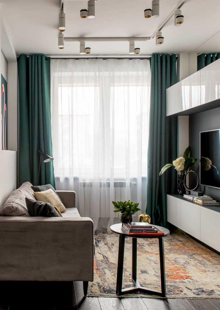 Funcionalidade e espaço livre são fundamentais na decoração da sala pequena