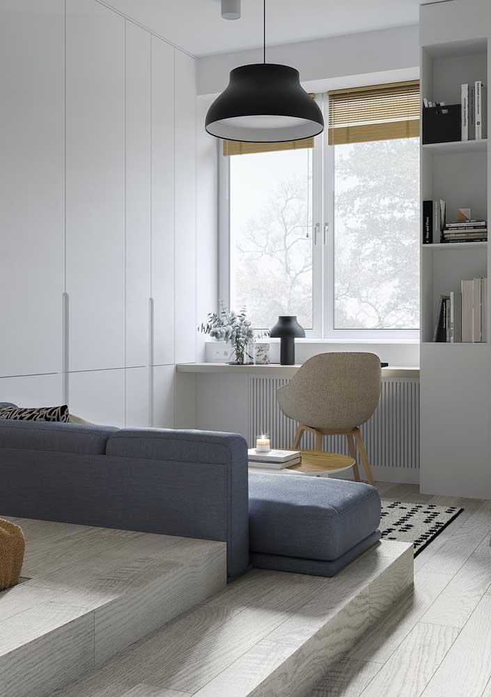 Um home office elegantemente improvisado na sala pequena
